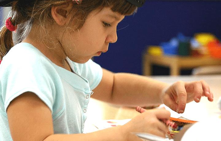 Capacidad de atención de los niños - Niña concentrada
