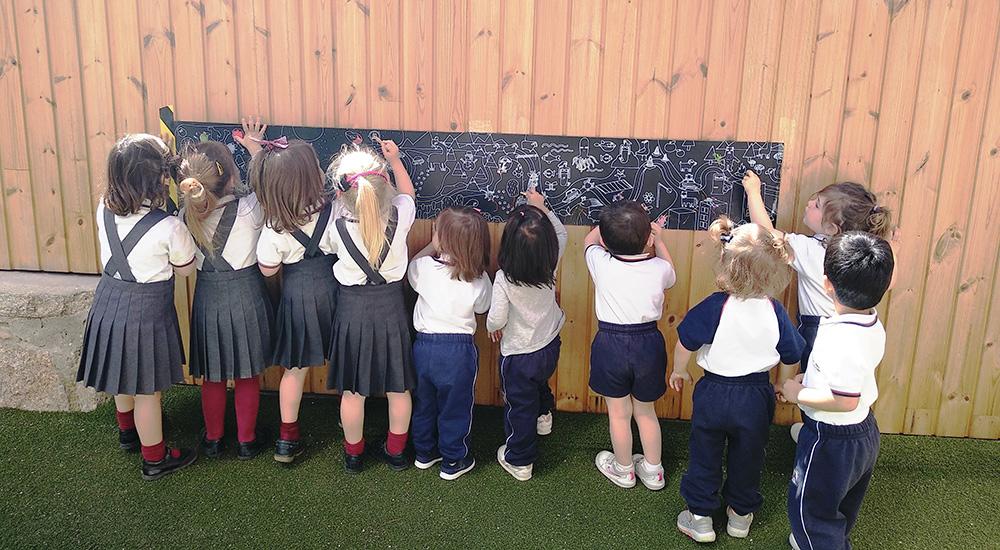 Imagen de niños pintando en el Summer Camp del Colegio Alarcón